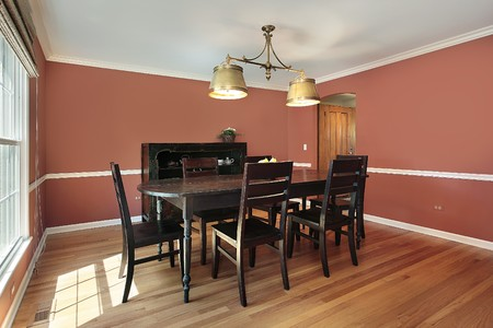 Dining room in suburban home with salmon colored walls Stockfoto