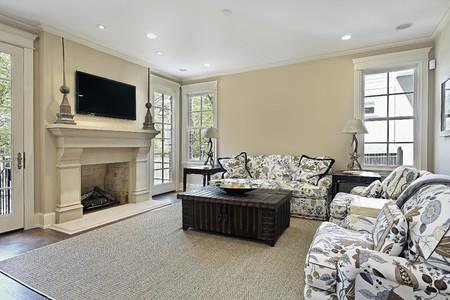 Familia habitación en casa de lujo con chimenea