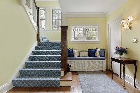 Zone d'entrée de la maison de luxe avec des murs jaunes Banque d'images - 10292884