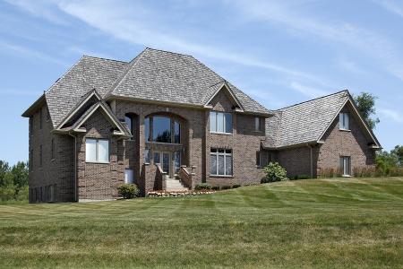 Grote bakstenen huis met stappen tot en met gebogen entry