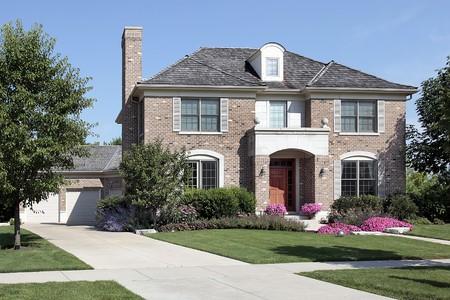 Bakstenen huis in voorsteden met voorbalkon