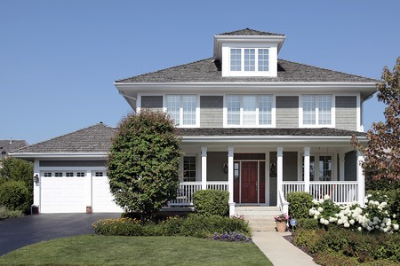 front porch: Casa con porche delantero y el techo de cedro Foto de archivo