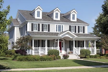 front porch: Gran casa suburbana con front porch y arco de entrada