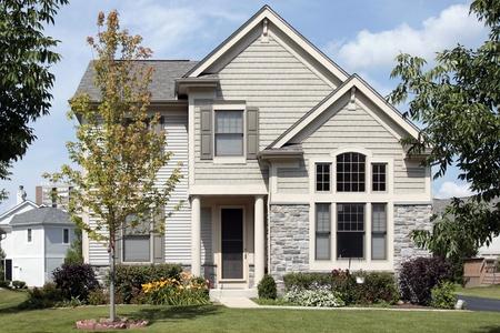 fachada de casa: Hogar con entrada bronceado de revestimiento y columna Foto de archivo