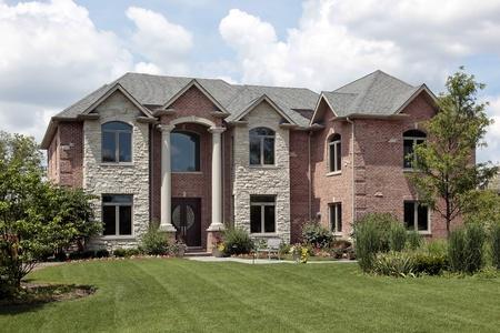 Brick home avec Pierre front et les colonnes blancs Banque d'images - 8793075