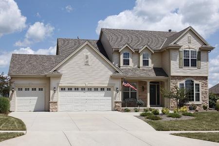 Huis met overdekte ingang en dubbele drie auto garage