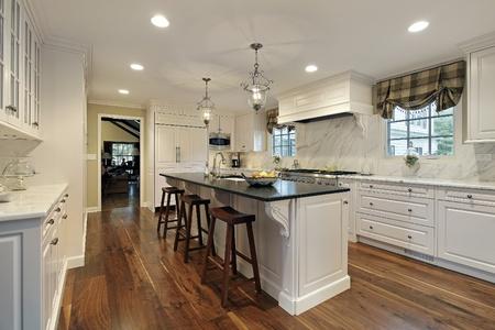 cucina moderna: Cucina in casa con mobili bianchi di lusso