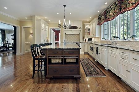 chambre luxe: Grande cuisine dans le luxe maison avec armoires blanc