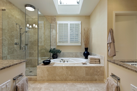 chambre luxe: Bain ma�tre de luxe avec puits de lumi�re sur la baignoire Banque d'images