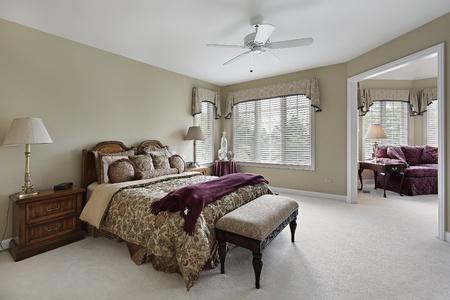 Master slaapkamer in luxe huis met aangrenzende zitkamer