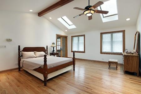 Master slaapkamer in luxe huis met twee dakramen Stockfoto