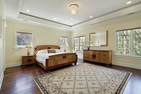 Master slaapkamer in luxe huis met lade plafond Stockfoto