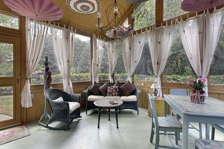 cortinas blancas: Porche en casa con cortinas blancas de lujo