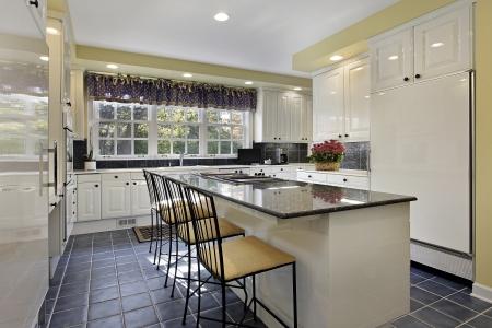 armoire cuisine: Cuisine dans la maison de banlieue avec comptoir en granit