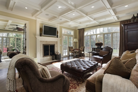Large family room with fireplace and wall of windows Stockfoto