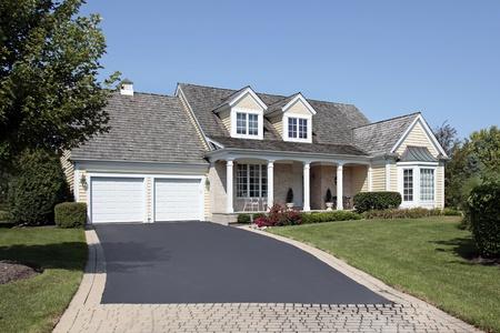 front porch: Casa con porche frontal y calzada de ladrillo parcial Foto de archivo