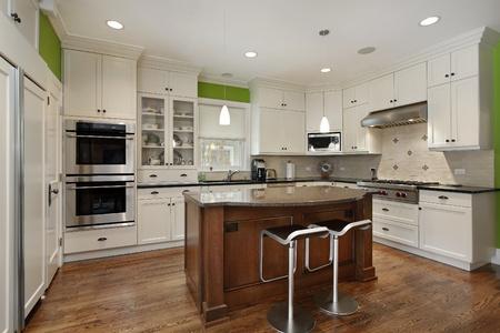 cuisine moderne: Cuisine avec �lot de luxe et blanc �b�nisterie