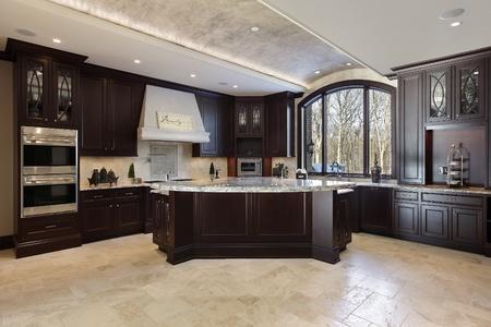 Große Küche in Luxusvilla mit dunklen Holz Schränke Standard-Bild