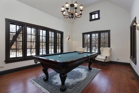 snooker room: Sala da biliardo in casa di periferia con la parete di finestre