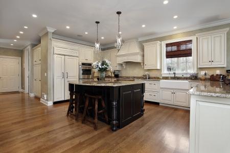 lighting fixtures: Cocina en hogar de lujo con muebles de color blanco