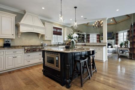 Cucina in casa di lusso con mobili bianchi