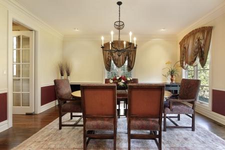 Sala da pranzo nella casa di lusso con pareti color crema