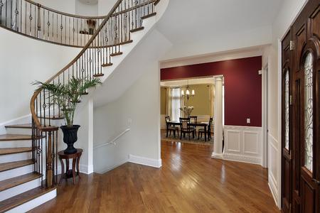 식당에 곡선 계단 및 전망 럭셔리 홈 현관의 홀