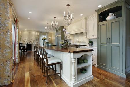 Kitchen in luxury home with large island Standard-Bild