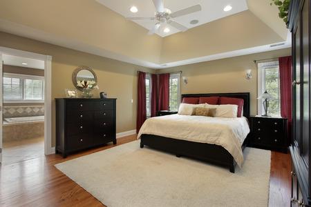 iluminacion: Dormitorio principal en casa con la vista en el cuarto de baño de lujo  Foto de archivo