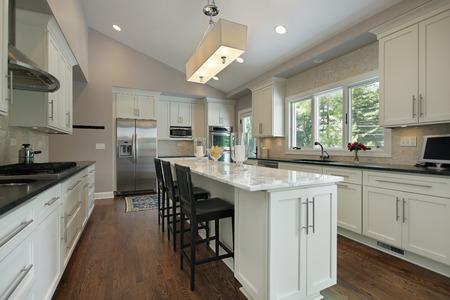Kitchen in luxury home with granite counter island Standard-Bild