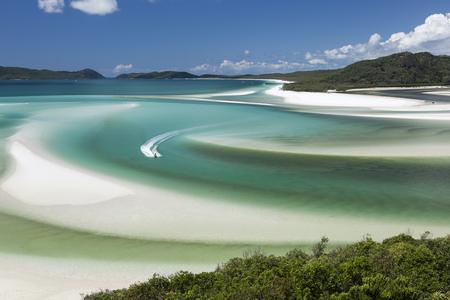 オーストラリアのクイーンズランドでウィット サンデー島の海で波のランナーの丘入口からの眺め
