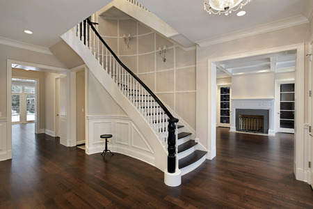 Foyer in new construction home with curved staircase Stockfoto