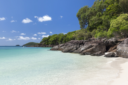 great bay: View of rocky coastline with green and turquoise water along Whitehaven Beach in the Whitsunday Islands, Queensland, Australia Stock Photo