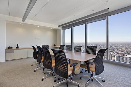 큰 테이블을 갖춘 사무실 건물의 회의실