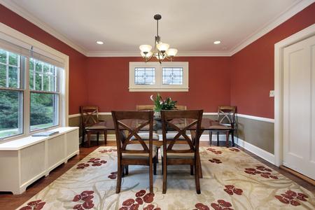 Comedor en casa suburbana con paredes de color naranja Foto de archivo