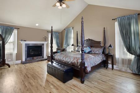 暖炉のある郊外の家の寝室
