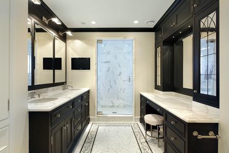 贅沢な黒の高級家具と家のマスターバス ルーム