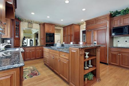 Cucina in casa di lusso con granito isola centrale Archivio Fotografico