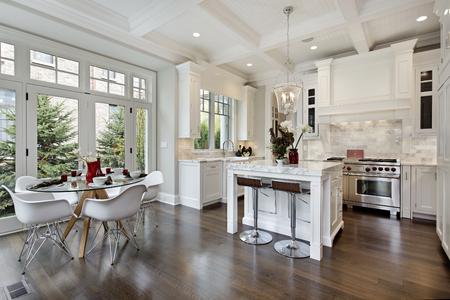 豪華なホワイト キャビネットと家のキッチン。