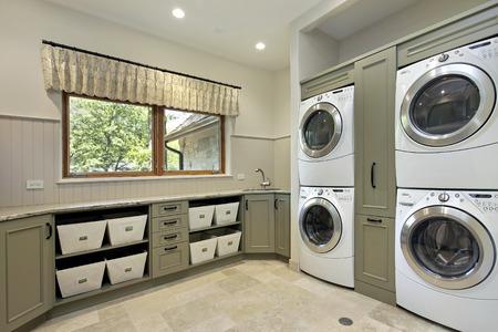 Cuarto de lavado en casa de lujo con doble lavadora / secadora Foto de archivo - 75296400