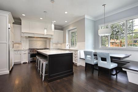 食事用のテーブルとベンチの高級な家の台所
