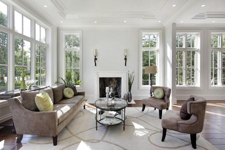 Woonkamer in luxe huis met open haard. Stockfoto