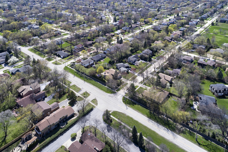 Aerial view of a neighborhood in the suburban Chicago area with homes and intersecting streets. 新闻类图片