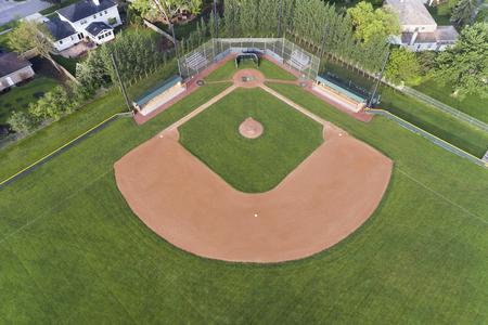 鸟瞰图芝加哥郊区高中棒球场。
