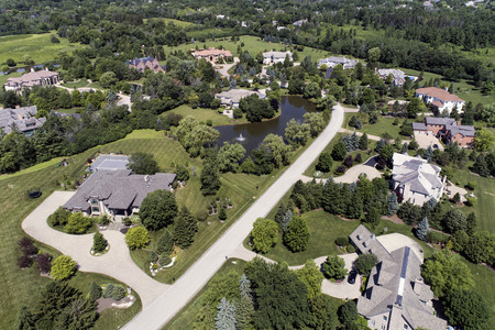 Aerial view of a luxury neighborhood with mature trees and a pond in a Chicago suburban neighborhood in summer. Banque d'images