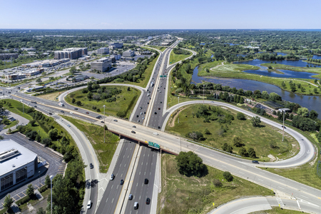 Aerial view of a highways, overpasses, ramps and buildings in the Chicago suburban area of Northbrook, IL. USA Standard-Bild
