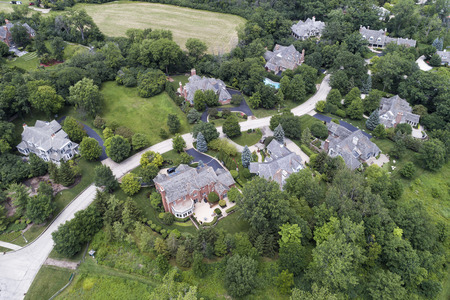 Aerial view of a luxury neighborhood with mature trees and large lots in a Chicago suburban neighborhood in summer. Lake Forest, IL. USA Banque d'images
