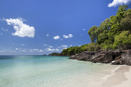 View of rocky coastline with green and turquoise water along Whitehaven Beach in the Whitsunday Islands, Queensland, Australia Reklamní fotografie