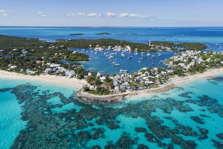 バハマのアバコ島沖のエルボケイのホープタウンの港、ビーチ、灯台の航空写真。 写真素材