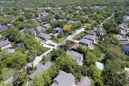 Aerial view of a neighborhood with mature trees in a Chicago suburban neighborhood in summer. Deefield, IL. USA Banque d'images